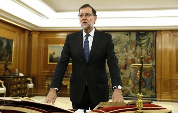 Rajoy jura su cargo como presidente con un crucifijo, una Biblia y sin la reina Letizia