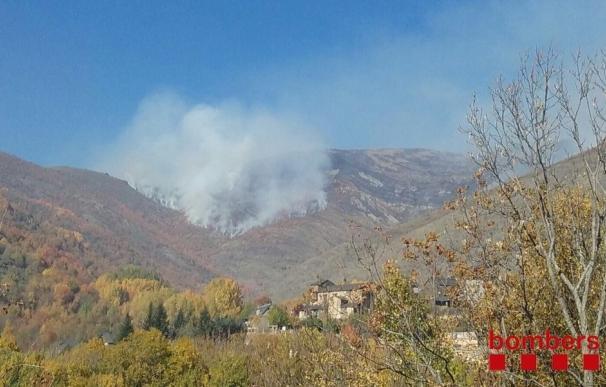 Los Bomberos combaten el fuego del Pirineu de Lleida con medios aéreos y fuego técnico