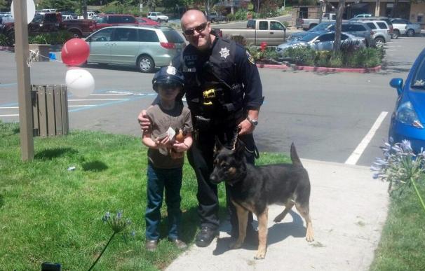 Gavin Buchanan junto a un agente californiano y un perro policía.