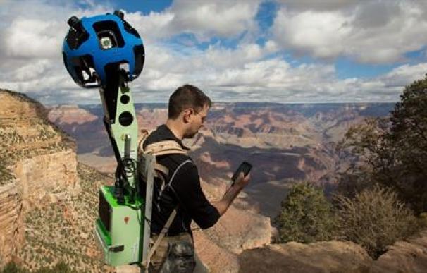 Un mochilero con la cámara de 360 grados de Google.