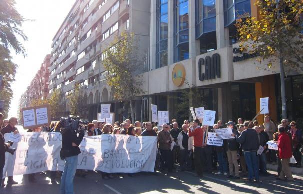"""Unas 150 personas se concentran ante la sede de CAM en Alicante por una """"solución digna"""" para recuperar sus ahorros"""