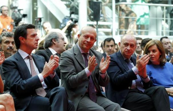 Soria, Wert y algunos de sus asesores, detrás suyo, en un acto en la Comunidad de Madrid.
