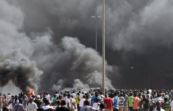 Una humareda se eleva desde el Parlamento de Burkina Faso en Ougadougou