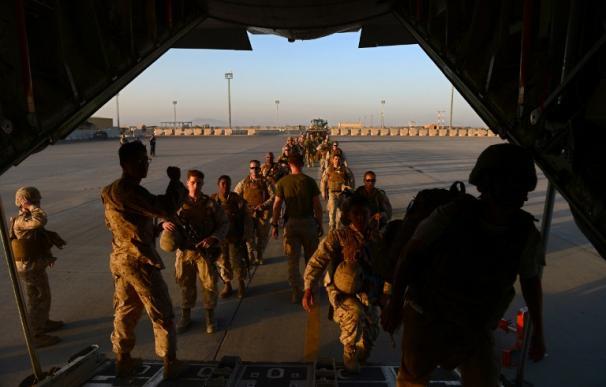 Marines americanos desembarcan de un avión en Afganistán