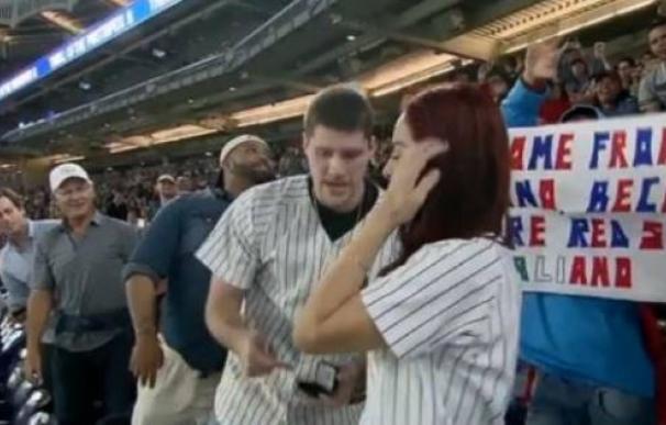 Se prepara para pedir matrimonio en un partido de los Yankees... y pierde el anillo