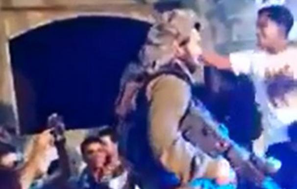 Un soldado israelí baila junto a jóvenes palestinos el 'Gangnam Style'