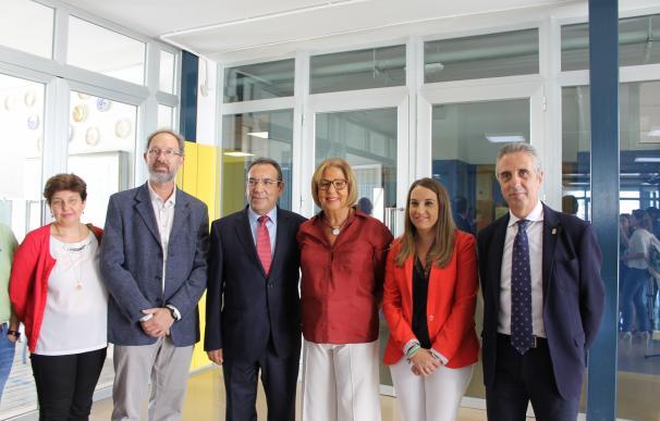 """Adelaida de la Calle destaca los """"valores de convivencia"""" del Colegio 'Al-Yussana' de Lucena"""