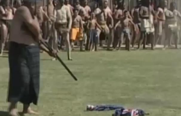 Tame Iti es grabado disparando con un rifle a la que parece la bandera de Nueva Zelanda.