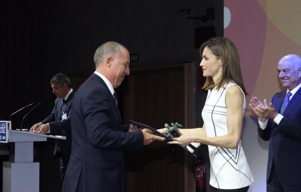 """La Reina Letizia entrega los premios Acción Magistral 2016 a las """"minorías innovadoras"""" del mundo docente"""