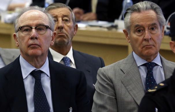 Blesa, Rato y el resto de acusados por las 'black' recibidos al grito de 'ladrones' y 'bandidos'