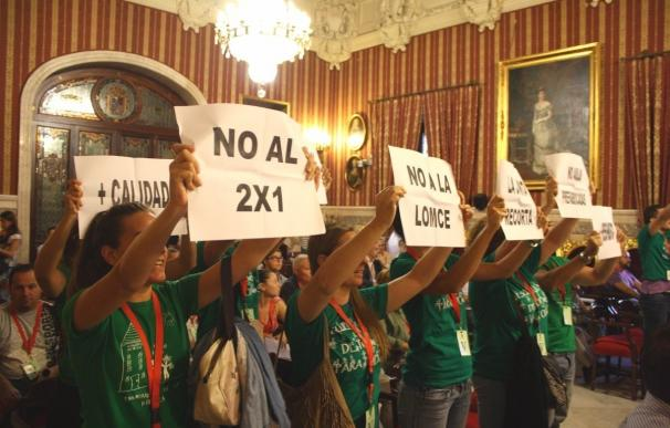 Desalojados del pleno miembros de la Plataforma de Educación y empleados del IMD y del Alcázar
