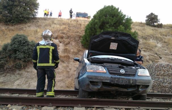 Un coche cae desde un terraplén a unas vías de tren en Las Rozas