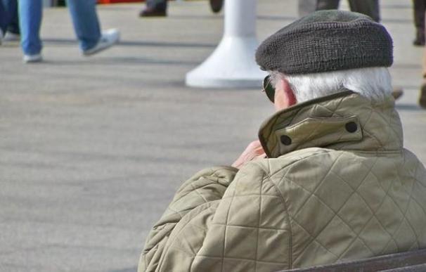 Pensionista tomando el sol.