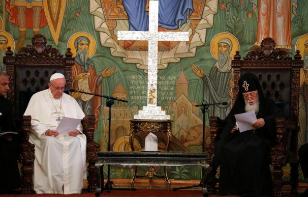 """El Papa pide en Georgia paz y diálogo entre las naciones ante un """"extremismo violento"""" que manipula la religión"""