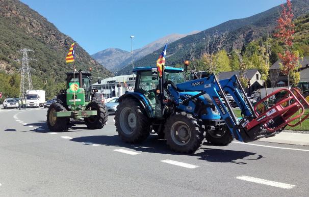 Marcha de tractores en Lleida contra los recortes en ayudas a ganaderos de montaña