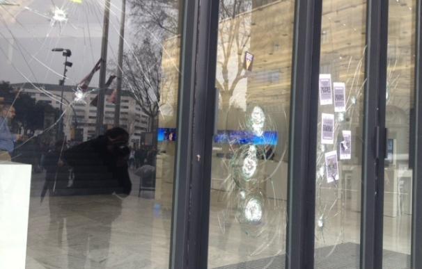 30 encapuchados atacan con martillos y pintura el Mobile World Centre de Plaza Catalunya