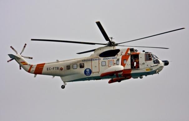 Complicada operación de rescate por helicóptero de un joven que se cayó por un barranco en Fene