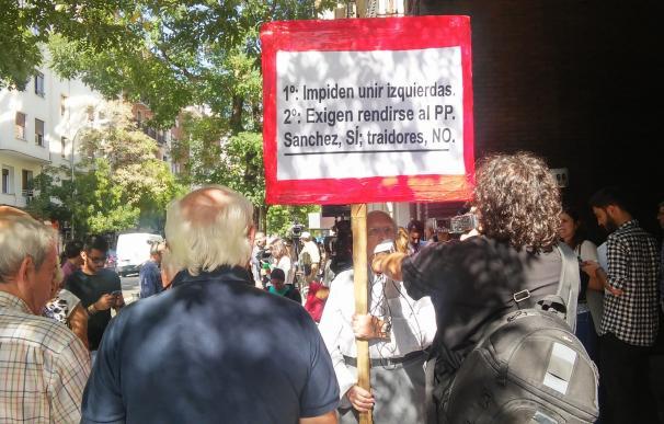 Aumenta el número de militantes y curiosos en la puerta de 'Ferraz' tras el estallido de la crisis interna
