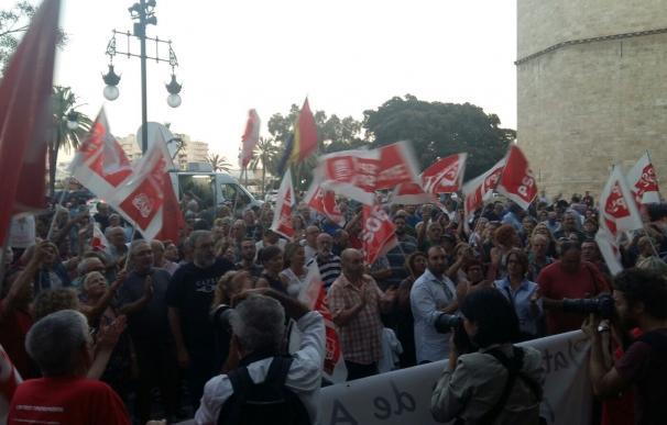 Militantes y simpatizantes del PSOE se concentran frente a la sede del PSPV en apoyo a Pedro Sánchez