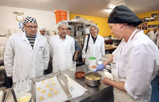 Laparra visita la Escuela Taller de Empleo del París 365, que forma a 15 personas