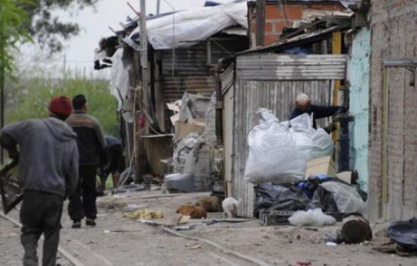 Habitantes en un poblado chabolista de Argentina.