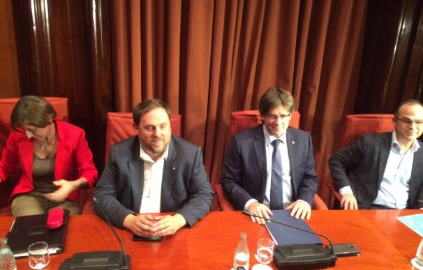 Puigdemont se reúne con los diputados de JxSí justo antes de la cuestión de confianza