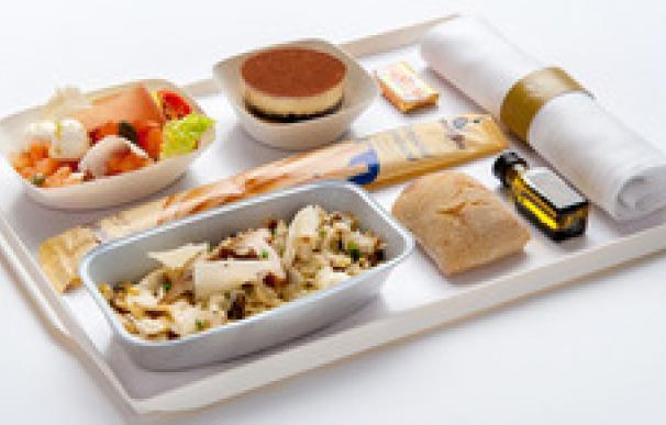 Gambas, lasaña o pastel de zanahoria. Te contamos los menús de las principales aerolíneas