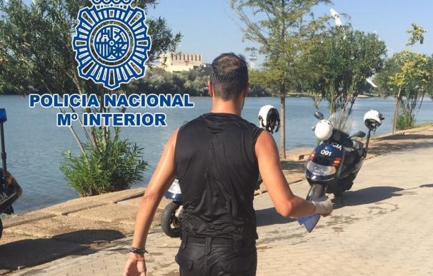 Dos policías nacionales salvan la vida a una mujer que se ahogaba en el río