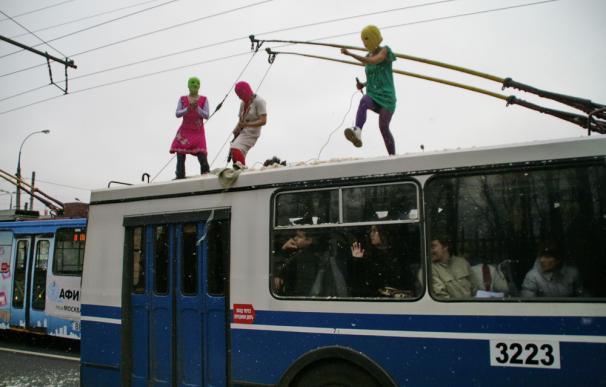 El colectivo Pussy Riot cantando encima de un tranvía. Foto: Pussy Riot.