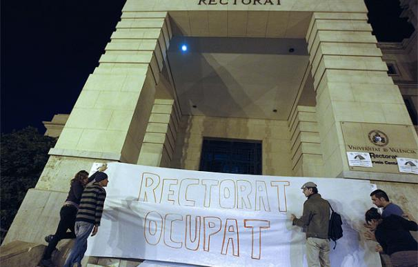 Varios estudiantes se disponen a pasar la noche el Rectorado de la Universidad de Valencia