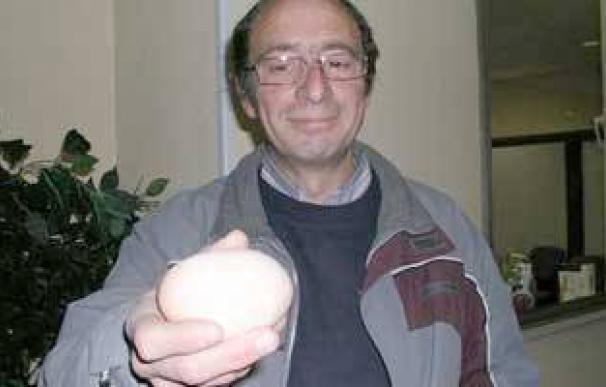 Felipe Jiménez con el huevo de 176 gramos.