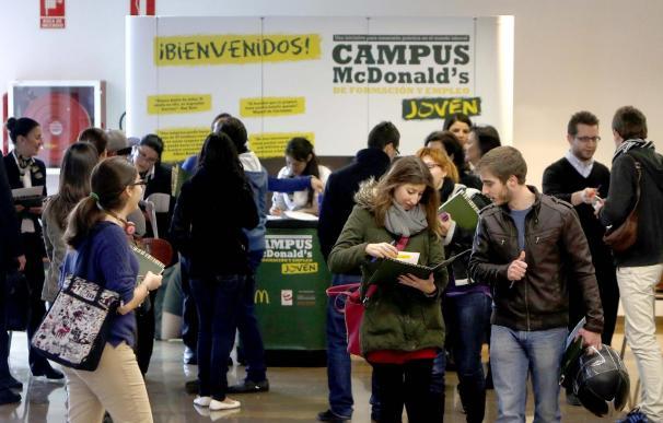 Varios jóvenes consultan información en el Campus McDonald's de Formación y Empleo Joven, una iniciativa que busca orientar a los jóvenes en la búsqueda de trabajo.