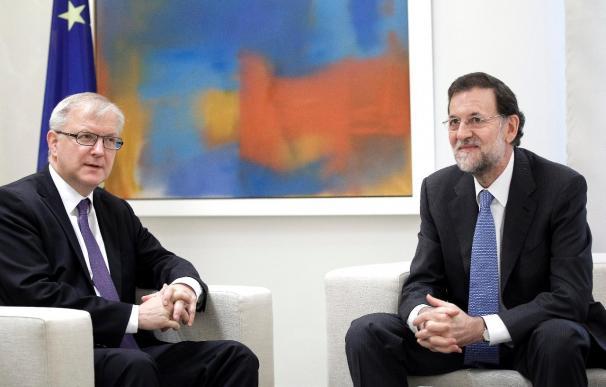 El presidente del Gobierno, Mariano Rajoy (d), durante una entrevista en La Moncloa con el vicepresidente económico de la Comisión Europea, Olli Rehn, en una reunión reciente.