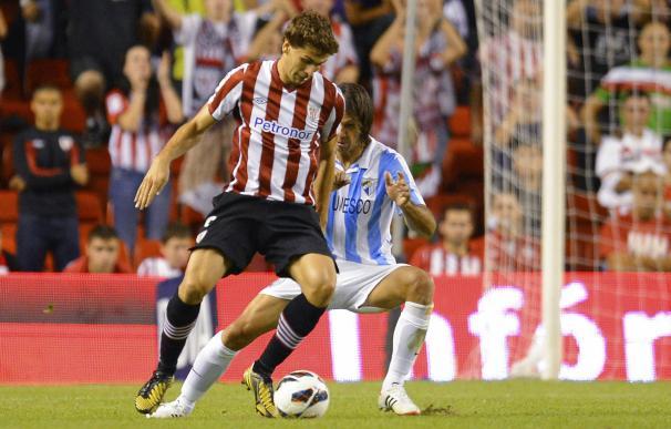 Llorente protege el balón en el Athletic-Málaga