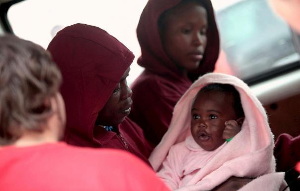 Localizada una patera al sur de Tarifa con 12 personas, entre ellas un bebé