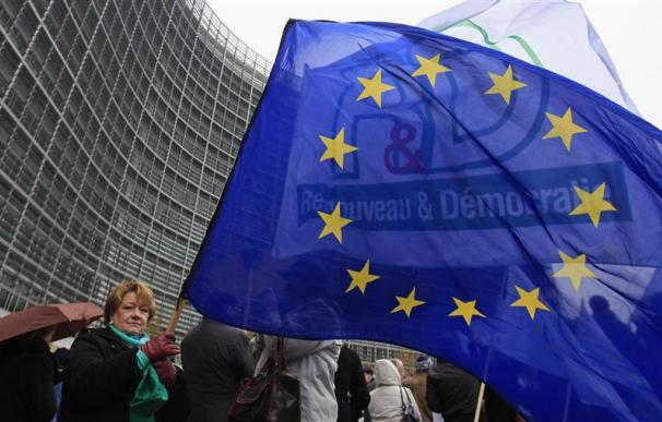 Protesta de funcionarios europeos ante la sede de la Comisión en Bruselas.