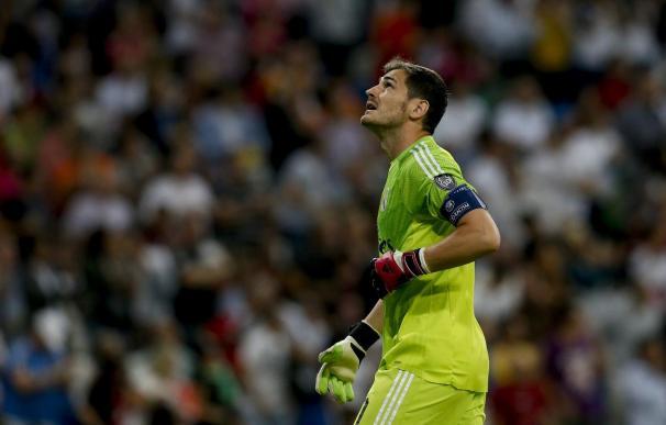 Iker Casillas, silbado y aplaudido en las alineaciones