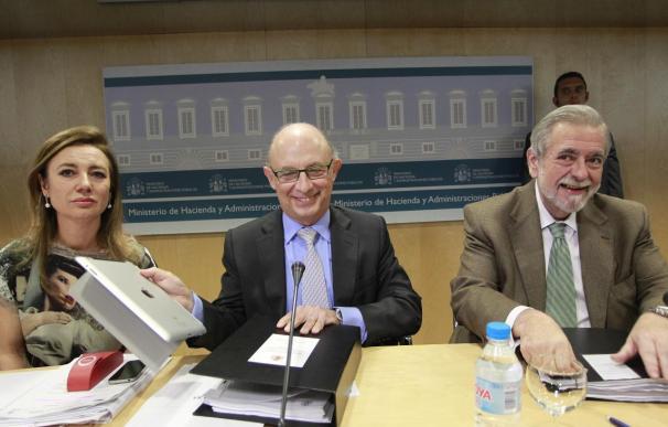 El ministro de Hacienda, Cristóbal Montoro, junto a la secretaria de Estado de Presupuestos, Marta Fernández Currás (i); y el de Administraicones Públicas, Antonio Beteta.