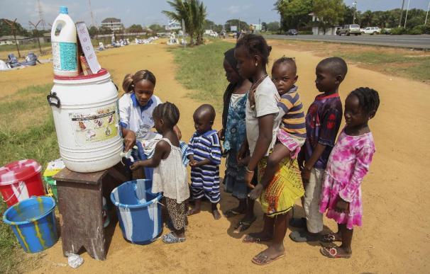 El ébola ha dejado a al menos 3.700 niños huérfanos en África Occidental
