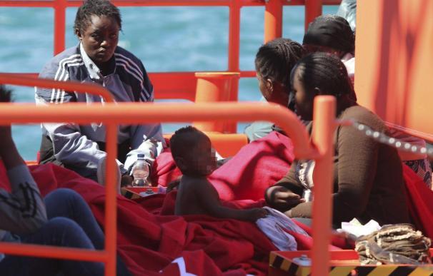 Llegan a Almería 38 inmigrantes rescatados de una patera, entre ellos 3 bebés