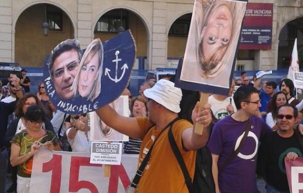 Unas 400 personas se concentran en la plaza del Ayuntamiento de Alicante para exigir la dimisión de Sonia Castedo