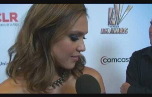 Jessica Alba y Antonio Banderas triunfan en los premios Alma