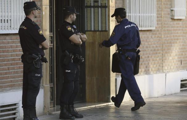 Varios agentes, en uno de los registros a la vivienda del presunto pederasta