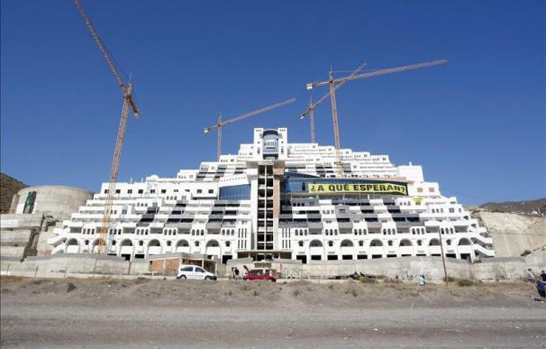 Activistas de Greenpeace continúan su encierro en el hotel del El Algarrobico