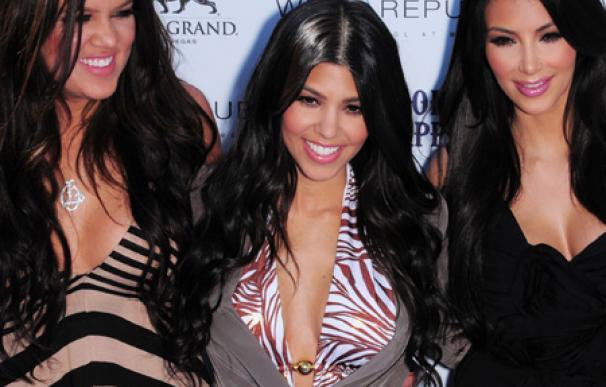 Kim y Kourtney Kardashian vistan un acuario