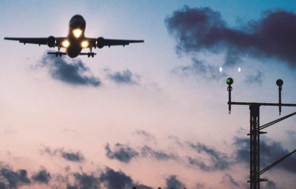 Un avión despega de un aeropuerto español