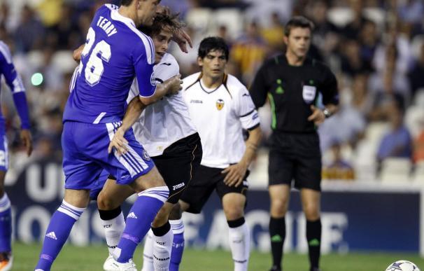 Sergio Canales lucha un balón con el defensa del Chelsea John Terry