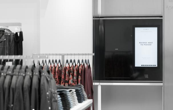 Pantalla de entrega online en la tienda de Zara en el centro comercial Marineda City (A Coruña)