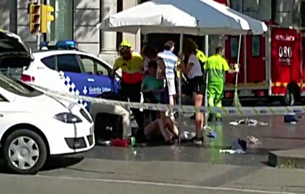 Una furgoneta atropella a decenas de personas en las Ramblas de Barcelona