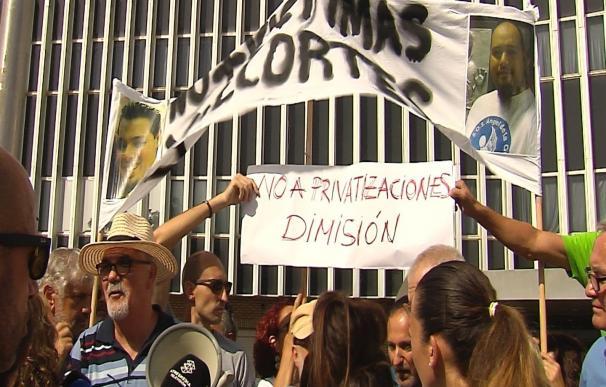 """'Marea Blanca' se concentra en Valme, en Sevilla, y pide dimisiones pues """"hubo varias denuncias de fallos en ascensores"""""""